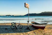 Bicicleta e barco sobre a areia na Praia do Pântano do Sul. Florianópolis, Santa Catarina, Brasil. / Bicycle and boat on the sand at Pantano do Sul Beach. Florianopolis, Santa Catarina, Brazil.