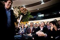 Nederland. Amsterdam, 6 oktober 2007.<br /> PvdA Congres in de RAI. Partijleider Wouter Bos met Lilianne Ploumen, Ronald Plasterk en Guusje ter Horst op de eerste rij. Jacques Tichelaar heeft gesproken en loopt met een bos boemen terug naar zijn plaats.<br /> Foto Martijn Beekman <br /> NIET VOOR TROUW, AD, TELEGRAAF, NRC EN HET PAROOL