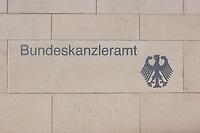 22 APR 2002, BERLIN/GERMANY:<br /> Schriftzug Bundeskanzleramt und Bundesadler in der hellen Steinmauer an der Zufahrt zum Kanzleramt<br /> IMAGE: 20020422-02-001<br /> KEYWORDS: Logo, Schild, sign, Eingang, Adler, Schrift