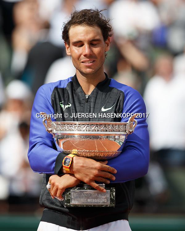 RAFAEL NADAL (ESP) mit dem Pokal, Siegerehrung, Praesentation<br /> <br /> Tennis - French Open 2017 - Grand Slam / ATP / WTA / ITF -  Roland Garros - Paris -  - France  - 11 June 2017.