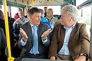 Burgemeester Albert de Hoop van Ameland tijdens een bustochtje in gesprek met deltacommissaris Wim Kuijken tijdens het werkbezoek van de deltacommissaris aan Ameland.