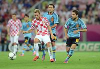 FUSSBALL  EUROPAMEISTERSCHAFT 2012   VORRUNDE Kroatien - Spanien                 18.06.2012 Mario Mandzukic (li, Kroatien) gegen Xavi Hernandez (Mitte) und Jordi Alba (re, Spanien)