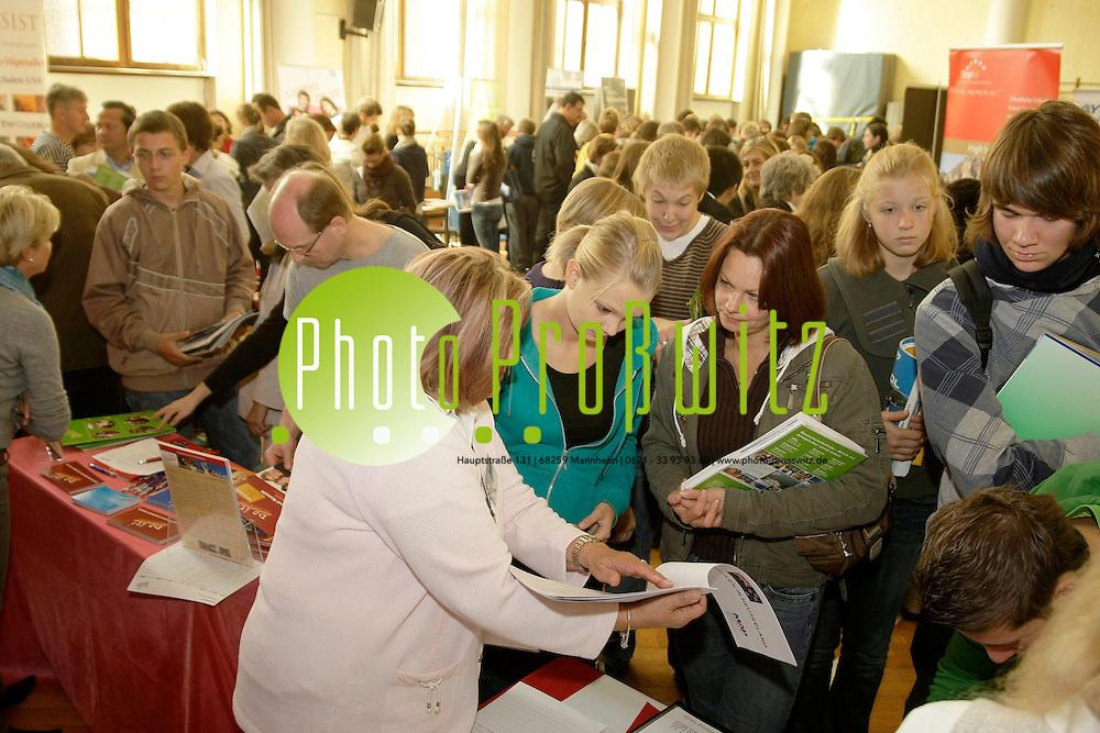 Mannheim. Karl-Friedrich Gymn. JUBI Jugendbildungsmesse.<br /> <br /> <br /> Bild: Markus Proflwitz / masterpress /  <br /> <br /> ++++ Archivbilder und weitere Motive finden Sie auch in unserem OnlineArchiv. www.masterpress.org oder &cedil;ber das Metropolregion Rhein-Neckar Bildportal   ++++ *** Local Caption *** masterpress Mannheim - Pressefotoagentur<br /> Markus Proflwitz<br /> C8, 12-13<br /> 68159 MANNHEIM<br /> +49 621 33 93 93 60<br /> info@masterpress.org<br /> Dresdner Bank<br /> BLZ 67080050 / KTO 0650687000<br /> DE221362249