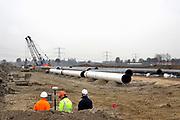 Nederland, Zevenaar, 22-11-2018De Gasunie legt een nieuwe gasleiding aan langs het toekomstige trace van de verlengde A15 snelweg. Hoewel nog niet duidelijk is wanneer met die verlenging begonnen wordt. De bestaande leiding ligt er precies onder dus verplaatst de Gasunie dit stuk gasleiding alvast . Landmeter bepaalt de preciese loop van de leiding. Foto: Flip Franssen
