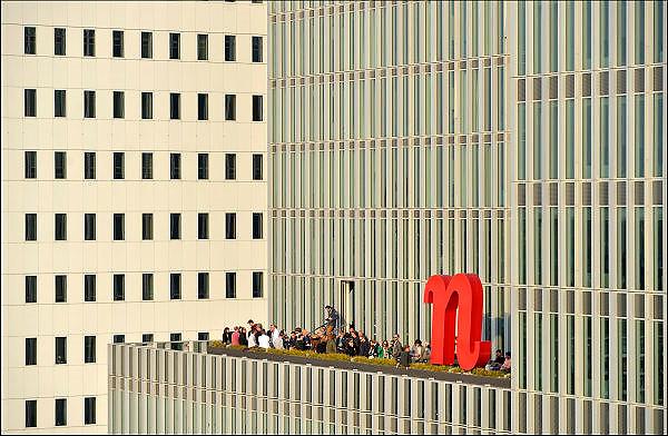 Nederland, Netherlands, Rotterdam, 2-5-2015Bebouwing van de Kop van Zuid, wilhelminakade,  hoogbouw. De Rotterdam van architect Rem Koolhaas. Mensen staan op het terras een drankje te drinken. HorecaDistrict Kop van Zuid with  high-rise buildings. Building De Rotterdam from architect Rem Koolhaas.FOTO: FLIP FRANSSEN/ HOLLANDSE HOOGTE