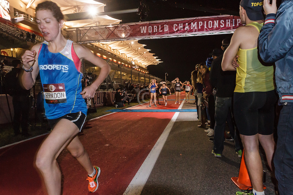Beer Mile World Championships, Inaugural, Women's Elite race, Elizabeth Herndon on way to victory and new world record