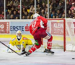 16.04.2019, Stadthalle, Klagenfurt, AUT, EBEL, EC KAC vs Vienna Capitals, Finale, 2. Spiel, im Bild Jean-Philippe Amoureux, (spusu Vienna CAPITALS, #1), Thomas HUNDERTPFUND (EC KAC, #27) // during the Erste Bank Icehockey 2nd final match between EC KAC and Vienna Capitals at the Stadthalle in Klagenfurt, Austria on 2019/04/16. EXPA Pictures © 2019, PhotoCredit: EXPA/ Gert Steinthaler