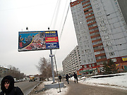 Strassenszene im Zentrum der sibirischen Hauptstadt Nowosibirsk. Billboard der Metro Gruppe.<br /> <br /> Street scene in the center of the Sibirian capital Novosibirsk. Commercial of the Metro group.