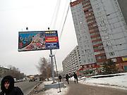 Strassenszene im Zentrum der sibirischen Hauptstadt Nowosibirsk. Billboard der Metro Gruppe.<br /> <br /> Street scene in the center of the Sibirian capital Novosibirsk. Commercial of the Metro group.