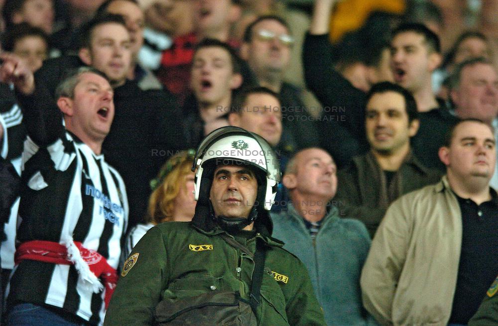 10-03-2005 VOETBAL: UEFA CUP: OLYMPIACOS PIREAUS-NEWCASTLE UNITED: ATHENE<br /> In een beladen wedstrijd wint Newcastle met 3-1 van het griekse Olympiacos - Newcastle support en politie<br /> &copy;2005-WWW.FOTOHOOGENDOORN.NL