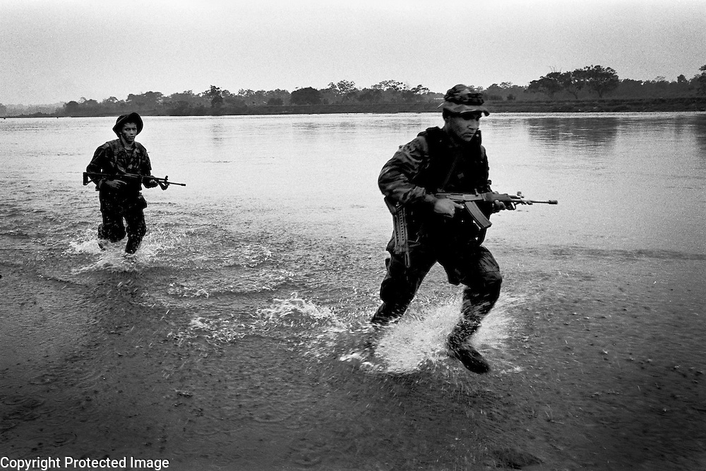 colombia1067 ? Government troops chase after FARC guerrillas. Near Puerto Rico, march 2002<br />