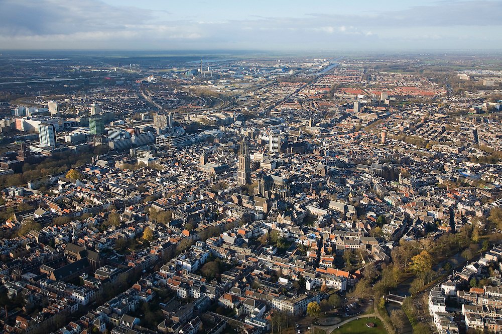 Nederland, Utrecht, Utrecht, 25-11-2008; groot overzicht van geheel Utrecht, gezien naar  Noordnoordwesten (NNW) met de skyline van Amsterdam en Amsterdam  Zuidoost aan de verre horizon , vanaf de Maliesingel rechtsondermiddenplan links: winkelcentrum Hoog Catharijne, Jaarbeurs en Centraal Station met hoogbouw kantorenflatsmiddenplan midden: Dom en Domtoren, Neude met Neude toren, verschillende kerkenboven het middenplan (vlnr): industrie terrrein Lage Weide (met schoorsteen elektriciteitscentrale), de wijken Ondiep en Oververvecht (met rode daken)grand overvieuw of Utrecht, to North North West (NNW) with the skyline of Amsterdam at the distant horizonmiddle plan left: High Catharijne mall, Conference and Fair Centre, Central Station with high-rise officesmiddle middle plan: Dom and Vredenburg, Neude with Neude tower, various churches, above the median plan (from left to right): Industry terrrein Lage Weide (with chimney power station), the neighborhoods and Ondiep en Overvecht (with red roofs)centrum en binnenstad.  .luchtfoto (toeslag)aerial photo (additional fee required).foto Siebe Swart / photo Siebe Swart