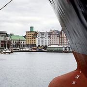Noorwegen Bergen 30 december 2008 20081230 Foto: David Rozing .Havenstad Bergen, haven met schip op de voorgrond, achtergrond centrum  .The city of Bergen, harbour and ship..Foto: David Rozing