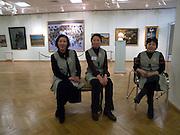 Angestellte des nationalen Kunstmuseums der Teilrepublik Sacha (Jakutien) im Zentrum von Jakutsk. Jakutsk hat 236.000 Einwohner (2005) und ist Hauptstadt der Teilrepublik Sacha (auch Jakutien genannt) im Foederationskreis Russisch-Fernost und liegt am Fluss Lena. Jakutsk ist im Winter eine der kaeltesten Grossstaedte weltweit mit durchschnittlichen Winter Temperaturen von -40.9 Grad Celsius. <br /> <br /> Employees of  The National Art Museum of Sakha Republic (Yakutia) in the center of Yakutsk. Yakutsk is a city in the Russian Far East, located about 4 degrees (450 km) below the Arctic Circle. It is the capital of the Sakha (Yakutia) Republic (formerly the Yakut Autonomous Soviet Socialist Republic), Russia and a major port on the Lena River. Yakutsk is one of the coldest cities on earth, with winter temperatures averaging -40.9 degrees Celsius.