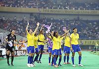 Fussball   International  5. FIFA Frauen Weltmeisterschaft in China    Halbfinale USA - Brasilien USA vs. Brazil Die brasilianische Bank tanzt vor Freude bereits vor Spielende.