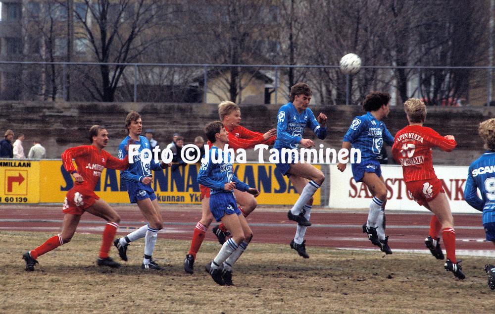 05.05.1985, Pori..SM-sarja, Porin Pallo-Toverit v Kemin Palloseura.Ylimp?n? Petri Sulonen (PPT), toinen vasemmalta kaksoisveli Pasi Sulonen. ??rimm?isen? vasemmalla Miika Juntunen..©Juha Tamminen