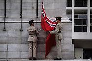 Hong Kong. Flag raising at the cenotaph in front of parliament   / Lever du drapeau Britannique devant le parlement de Hongkong. Dans 1000 jours l'union Flag sera remplacé par  le drapeau rouge chinois.  / R00057/11    L940627  /  P0000312