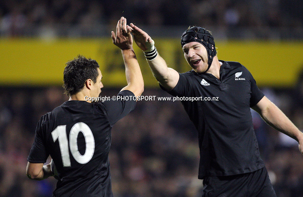 Ali Williams high fives Dan Carter after Carter's try.<br />