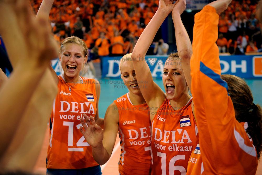 20-09-2009 VOLLEYBAL: DELA TROPHY NEDERLAND - TURKIJE: EINDHOVEN<br /> Nederland ook de tweede wedstrijd van Turkije maar ditmaal iets moeizamer 3 -2 / Debby Stam, Manon Flier en Kim Staelens<br /> &copy;2009-WWW.FOTOHOOGENDOORN.NL