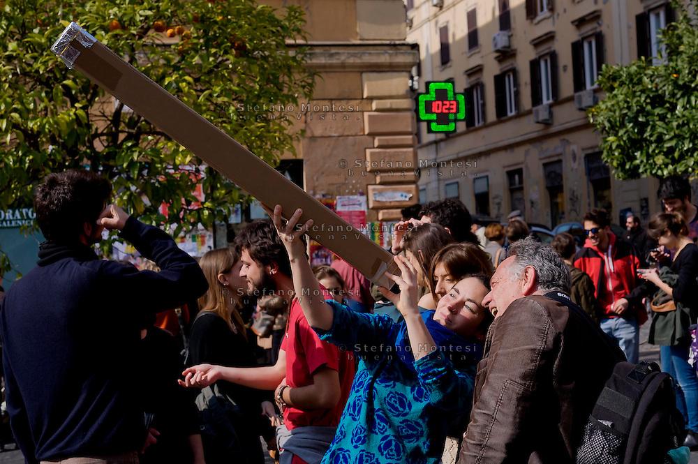 Roma 20 Marzo 2015<br /> Eclissi solare parziale al quartiere San Lorenzo. La gente si riunita questa mattina in Piazza Immacolata, per osservare  l'eclissi solare parziale. L'eclissi solare vista attraverso un telescopio auto- prodotto<br /> <br /> Rome March 20, 2015<br /> Partial solar eclipse. People gather this morning in Piazza Immacolata, District San Lorenzo, to get a rare glimpse of the solar eclipse. People  watch the partial solar eclipse, through  self-produced  telescope