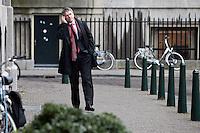 Nederland. Den Haag, 18 februari 2010.<br /> Bos op weg naar het ministerie van Algemene zaken voor overleg met Balkenende en Rouvoet. Telefonerend.<br /> Spoeddebat in de Tweede Kamer over de ontstane crisissituatie binnen het kabinet over Uruzgan, daags voor de val van het vierde kabinet Balkenende.<br /> Foto Martijn Beekman