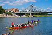Drachenboot auf der Elbe, Blaues Wunder, Blasewitz, Loschwitz, Dresden, Sachsen, Deutschland.|.dragon boat on Elbe, Blaues Wunder (bridge Blue Wonder), Blasewitz, Loschwitz,  Dresden, Germany