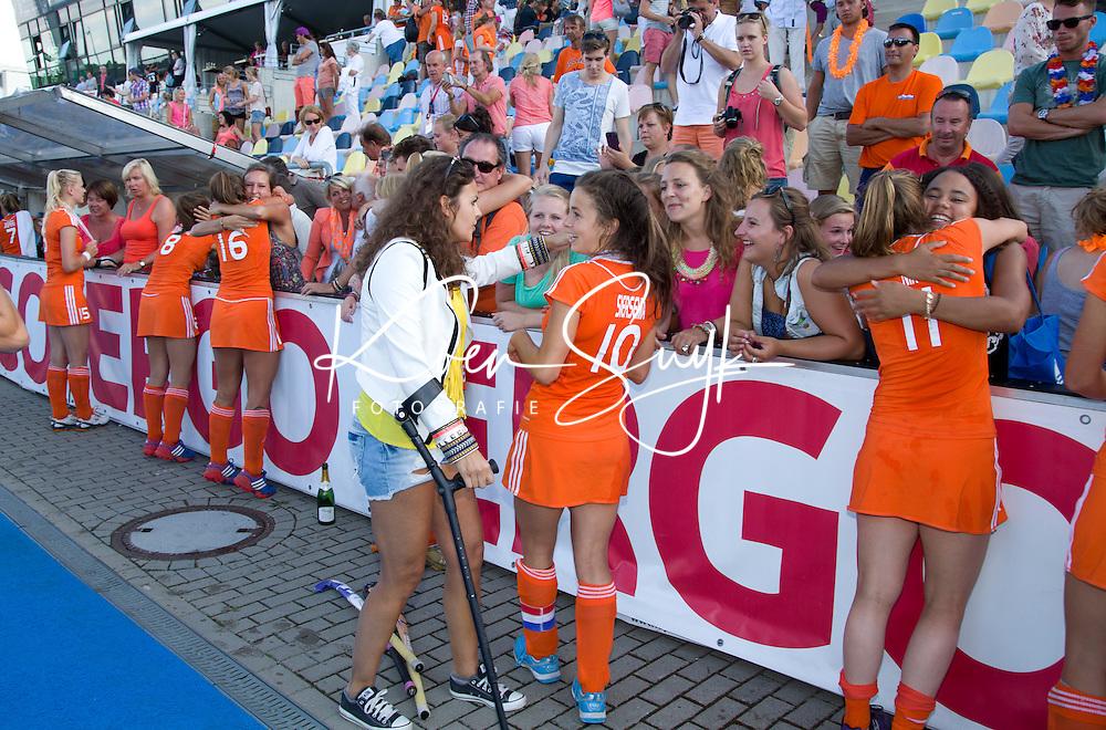MONCHENGLADBACH - De geblesseerde Macey de Ruiter met Renske Siersema.  Jong Oranje dames wint zondag in Monchengladbach de wereldtitel door de finale van het het WK-21 van  Argentinie te winnen. Het Nederlands hockeyteam wint na 1-1 de shout-outs. Foto Koen Suyk