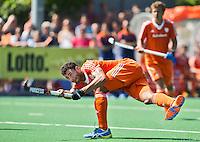ALMERE - Glenn Schuurman neemt de strafcorner tijdens de interland tussen de mannen van Nederland en Ierland (3-2) ter voorbereiding van het EK dat eind augustus in Londen wordt gehouden. COPYRIGHT KOEN SUYK