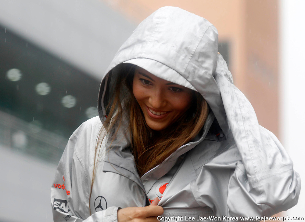 Jessica Michibata, girlfriend of McLaren Formula One driver Jenson Button of Britain, arrives in the rain ahead of the South Korean F1 Grand Prix at the Korea International Circuit in Yeongam October 24, 2010. /Lee Jae-Won