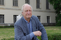 20 JUL 2006, BERLIN/GERMANY:<br /> Heinrich August Winkler, Historiker, Professor fuer Neuere und Neueste Geschichte an der Humboldt-Universitaet Berlin, auf einer Bank vor der Humbold Universitaet<br /> IMAGE: 20060720-02-035