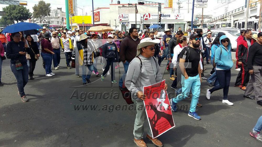Toluca, México (Mayo 01,2016).- Maestros, comuneros y sindicalizados marcharon por las calles de Toluca, exigiendo mejoras laborales y unieron fuerzas para mostrar su inconformidad por la Ley Atenco y la Reforma Educativa.  Agencia MVT / Crisanta Espinosa