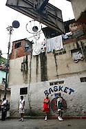 """Jugadores del equipo de baloncesto """"Los Samanes"""" del barrio Los Erasos en San Bernardino, Caracas. (ivan gonzalez)"""