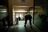 Des policiers sont vus dans un centre commercial entièrement saccagé par des pilleurs. // A la suite de nombreux pillages et saccages commis dans le centre ville de Tunis, la Police accompagnée des habitants organisés en comité de quartiers chassent les pilleurs, Tunis dimanche 27 février 2011. © Benjamin Girette/IP3 press
