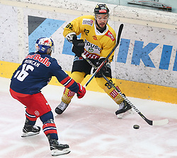 07.04.2019, Albert Schultz Halle, Wien, AUT, EBEL, Vienna Capitals vs EC Red Bull Salzburg, Halbfinale, 5. Spiel, im Bild Ryan Duncan (EC Red Bull Salzburg) und Chris Desousa (spusu Vienna Capitals) // during the Erste Bank Icehockey 5th semifinal match between Vienna Capitals and EC Red Bull Salzburg at the Albert Schultz Halle in Wien, Austria on 2019/04/07. EXPA Pictures © 2019, PhotoCredit: EXPA/ Thomas Haumer