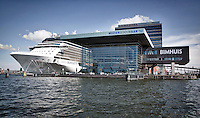 """AMSTERDAM - MUZIEKGEBOUW AAN """"t IJ , BIMHUIS en Mövenpick Hotel. met cruisschip Celebrity Silhouette aan het Oostelijke Handelskade.   ANP COPYRIGHT KOEN SUYK"""