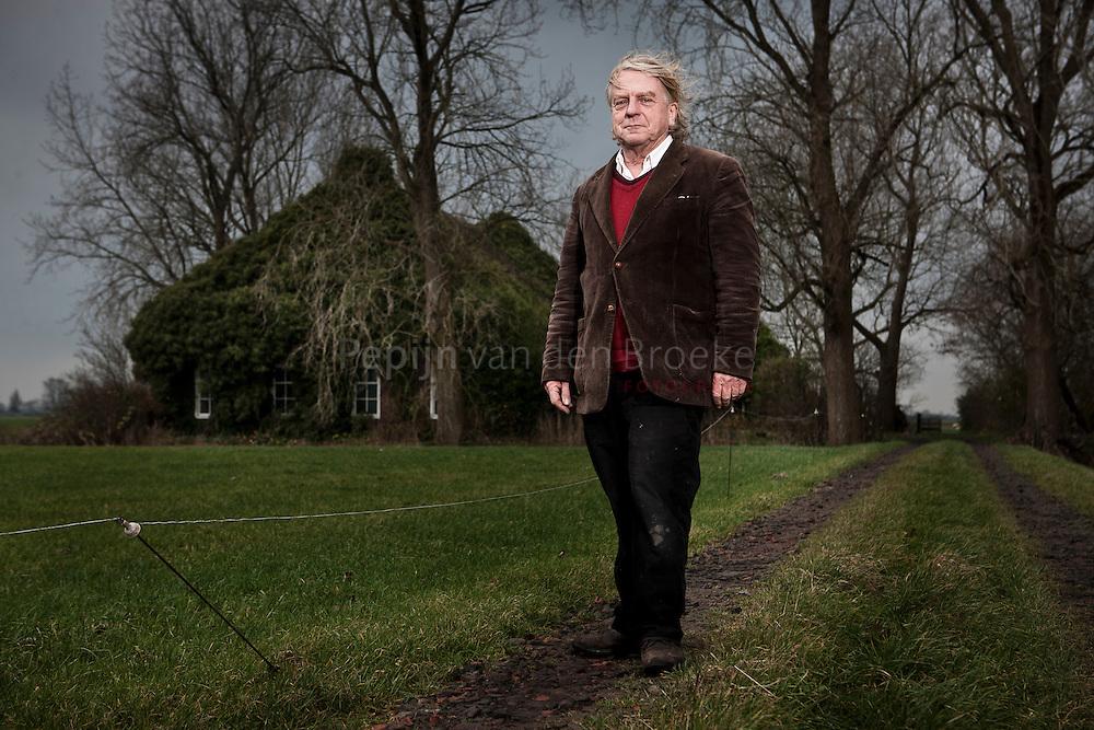 Feerwerd 20111201. Pek van Andel voor zijn met klimop begroeide boerderij. foto: Pepijn van den Broeke