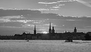 Seascape from Stockholm, Sweden. Stockholm staden vid vattnet i svartvitt siluett av Gamla stan i solnedgång.