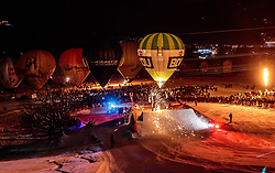05.02.2018, Lechnerberg, Kaprun, AUT, Nacht der Ballone, im Bild Feuershow Übersicht // Fire show overview during the International Balloonalps Week, Lechnerberg, Kaprun, Austria on 2018/02/05. EXPA Pictures © 2018, PhotoCredit: EXPA/ JFK