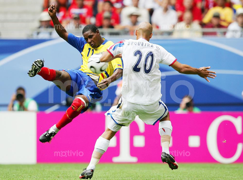 Fussball WM 2006        Ekuador - Costa Rica Augustin DELGADO (links, ECU) im Zweikampf mit Douglas SEQUIERA (rechts, CRC).
