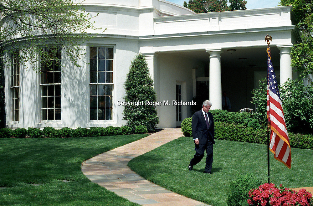 President Bill Clinton walks from the Oval Office at the White House after losing a vote for funding of the NATO war against Serbia in Washington, DC, April 28, 1999. (Photo by Roger M. Richards)