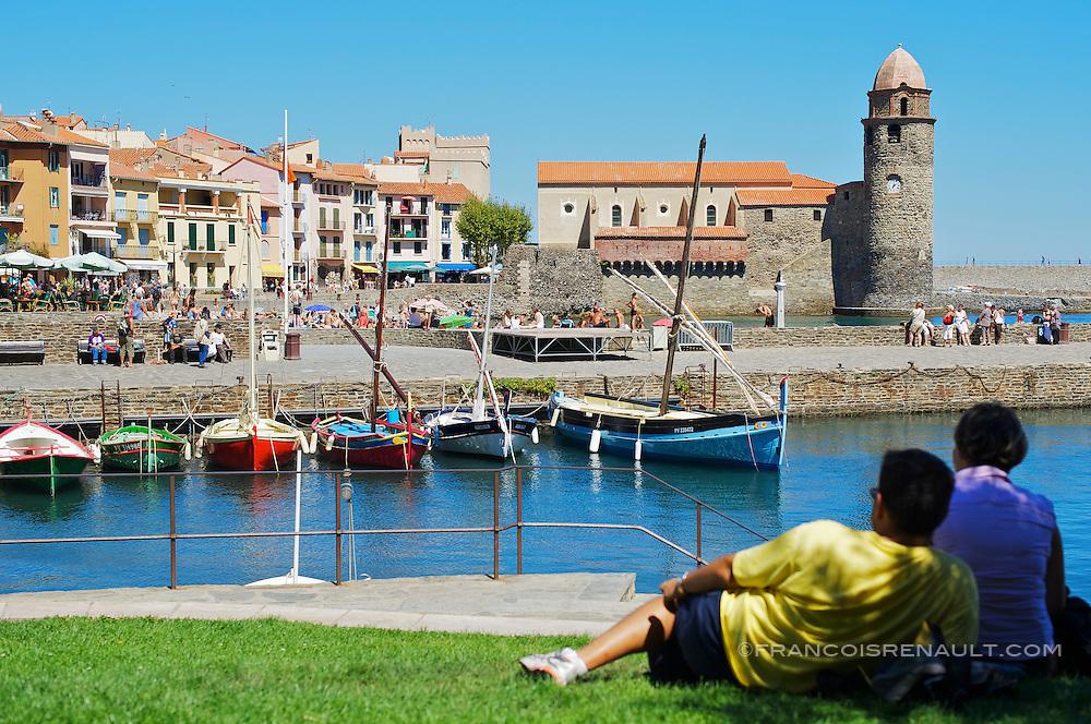 Collioure, Pyrenees Orientales, France.<br /> En contre jour, couple regardant le port de Collioure et l'Eglise Notre Dame des Anges.