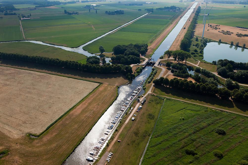Nederland, Noord Brabant, Gemeente Waalwijk, 08-07-2010. Bovenlandse sluis, plaats waar het Afwateringskanaal 's-Hertogenbosch - Drongelen uitmond in de Bergsche Maas. Gezien naar Waalwijk (zuidoosten), aan de kant van de Bergsche Maas een jachthaven. Essentieel in de waterhuishouding van Brabant. Het kanaal is gegraven begin 20e eeuw ter vervanging van (en gedeeltelijk op de plaats van) de Baardwijksche Overlaat.Bovelandse sluis (sluice), where the drainage channel coming from 's-Hertogenbosch - flows into the Bergsche Maas. Essential for the water management of Brabant. The canal was dug early 20th century to replace (and partially in place of) an earlier spillway.luchtfoto (toeslag), aerial photo (additional fee required).foto/photo Siebe Swart.