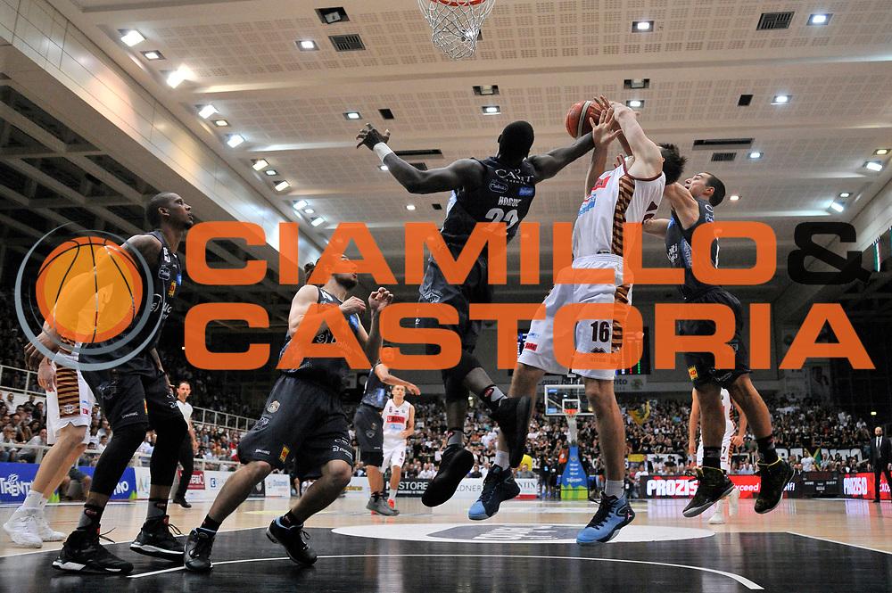 Dustin Hoguem Benjamin Ortner<br /> Dolomiti Energia Aquila Basket Trento - Umana Reyer Venezia<br /> Lega Basket Serie A 2016/2017<br /> Playoff, finale gara 4<br /> Trento, 16/06/2017<br /> Foto M.Ceretti / Ciamillo-Castoria