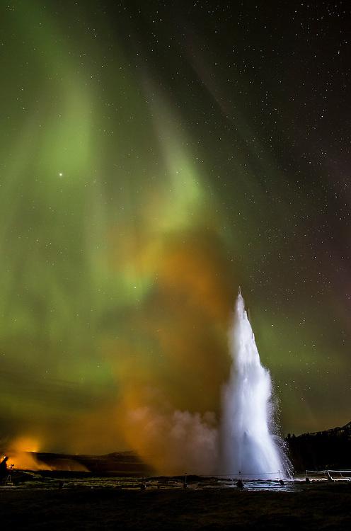 Norðurljósin og nýja Profoto B2 ljósið mitt léku sér fallega saman í kvöld... The northern lights and my new Profoto B2 light played nicely together this evening.