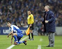 PORTO-25 FEVEREIRO:SIR ALEX FERGUSON e PAULO FERREIRA#22 no jogo F.C. Porto vs Manchester United F.C. primeira mao dos oitavos de final da Liga dos campeoes realizado no estadio do Dragao 25/02/2004.<br />(PHOTO BY:GERARDO SANTOS/AFCD)