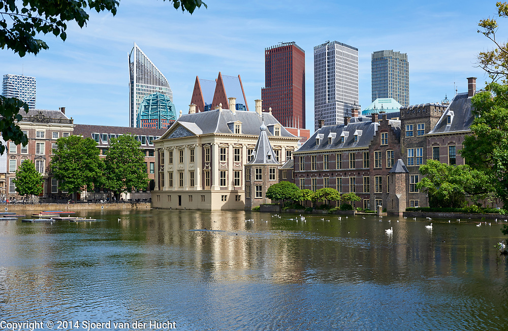 Het Mauritshuis,  het Torentje van de premier van Nederland en het Binnenhof aan de Hofvijver, Den Haag 2017 - Art museum The Mauritshuis and Het Torentje, official office of the Prime Minister of the Netherlands and the buildings of teh Dutch parliament at the Hofvijver, The Hague, Netherlands 2017