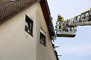 Mannheim. 23.02.17   BILD- ID 055  <br /> Schönau. Brand im Mehrfamilienhaus. Bei dem Brand in einem Vierfamilienhaus am Donnerstagnachmittag auf der Schönau ist ein geschätzter Schaden von rund 300 000 Euro entstanden. Das Feuer war im ersten Obergeschoss ausgebrochen und hatte auf das Dachgeschoss übergegriffen, teilte die Polizei mit. Die Bewohner konnten das Haus im Ludwig-Neischwander-Weg rechtzeitig verlassen. Verletzt wurde bei dem Brand niemand. Die Feuerwehr brachte den Brand unter Kontrolle. Die Brandursache ist noch nicht bekannt.<br /> Bild: Markus Prosswitz 23FEB17 / masterpress (Bild ist honorarpflichtig - No Model Release!)