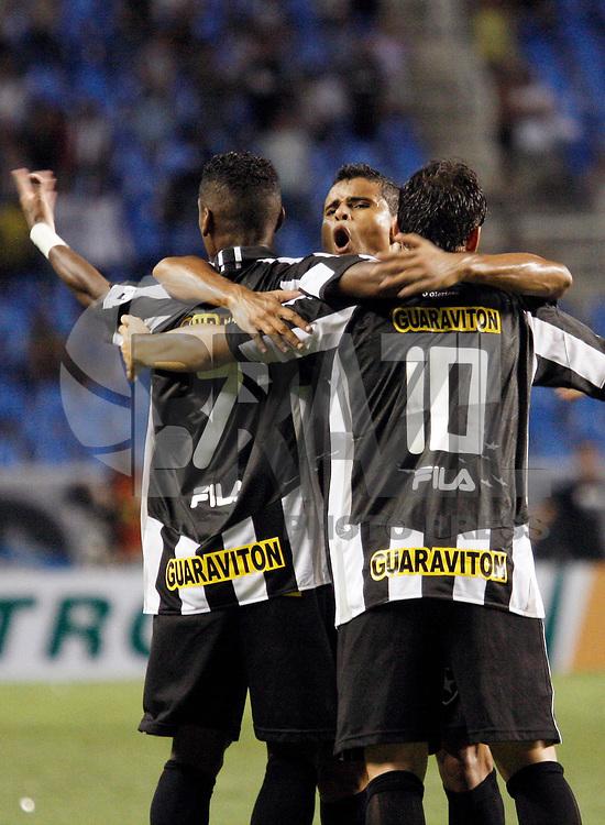 Rio de Janeiro - RJ - 01/03/2011 - Copa do Brasil 2011 - Jogo entre os times do Botafogo-RJ e River Plate - SE, realizado esta noite no est&aacute;dio do Engenh&atilde;o.<br /> Na foto: jogadores do Botafogo comemoram gol na partida.<br />  FOTO: RUDY TRINDADE / NEWS FREE