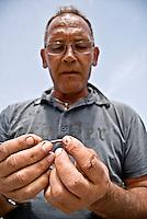 Un pescatore al Porto di Brindisi durante la fase di infilaggio dell'esca. 29/05/2010 PH Gabriele Spedicato