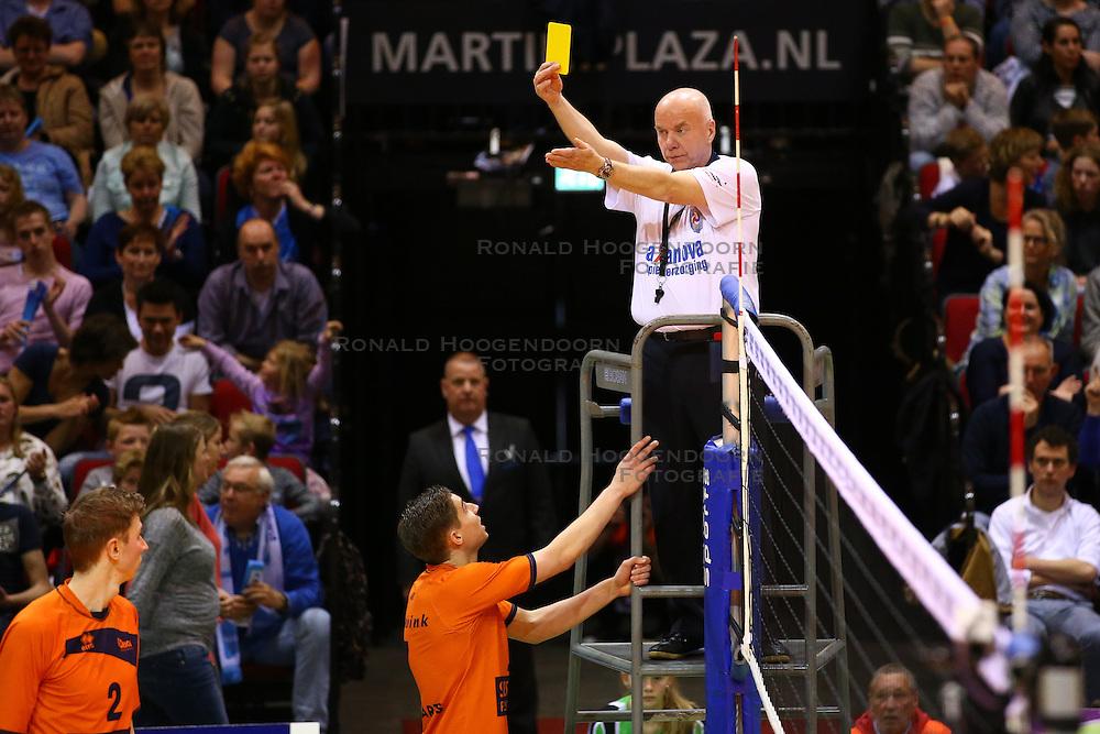 20160424 NED: Play off finale Abiant Lycurgus - Seesing Personeel Orion, Groningen<br />Cor van Gompel geeft de gele kaart aan Rob Jorna (10) of Seesing Personeel Orion